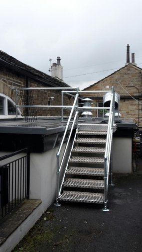 Outside steps railing with treadplate